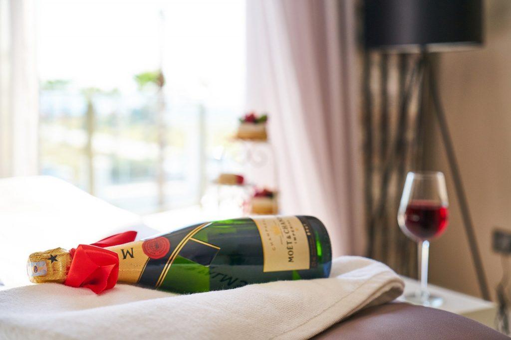 【ワインの手土産】ホームパーティーにも大活躍!おすすめワインや便利グッズ。注意点も解説